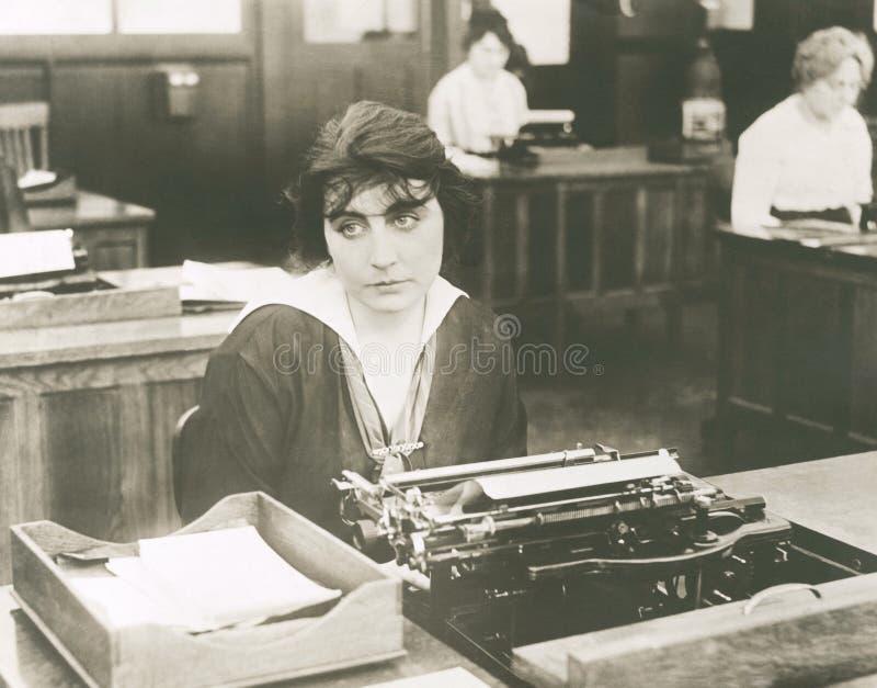 Mecanógrafo aburrido foto de archivo libre de regalías