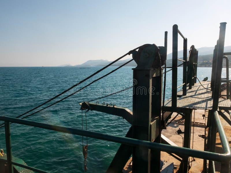 Mecanismo antigo de fixação de guincho na fase de desembarque de concreto no mar imagem de stock royalty free