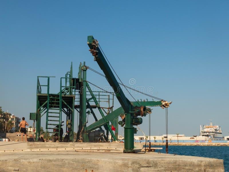 Mecanismo antigo de fixação de guincho na fase de desembarque de concreto no mar foto de stock royalty free