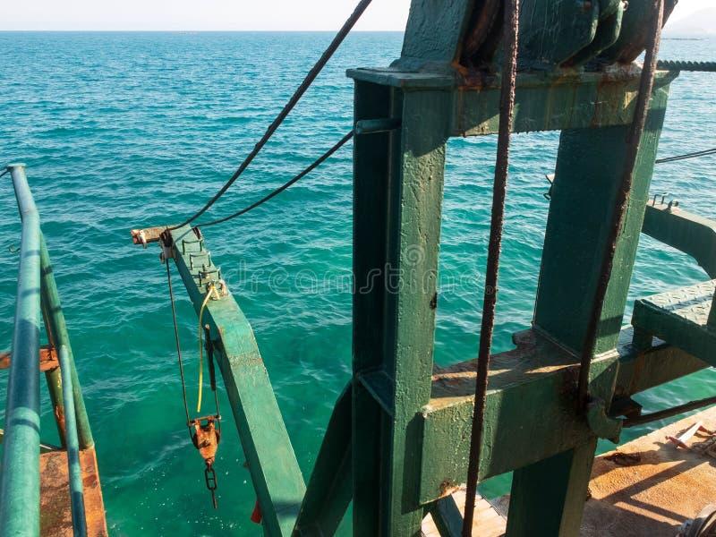 Mecanismo antigo de fixação de guincho na fase de desembarque de concreto no mar foto de stock