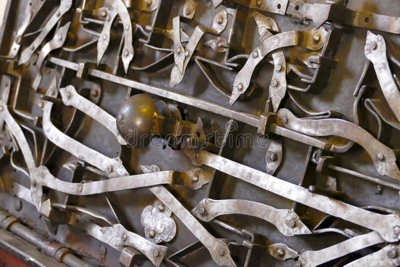 Mecanismo complicado de un cofre del tesoro viejo del metal imagen de archivo