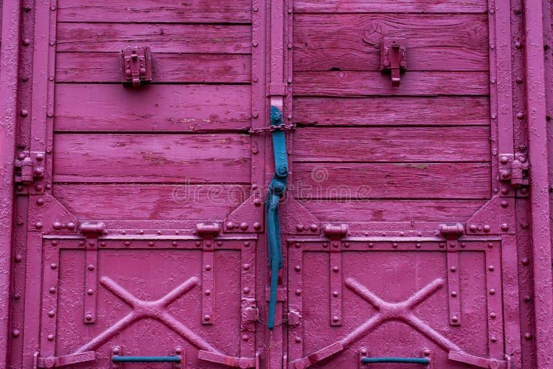Mecanismo da fechadura da porta no transporte vermelho de madeira da estrada de ferro fotos de stock royalty free