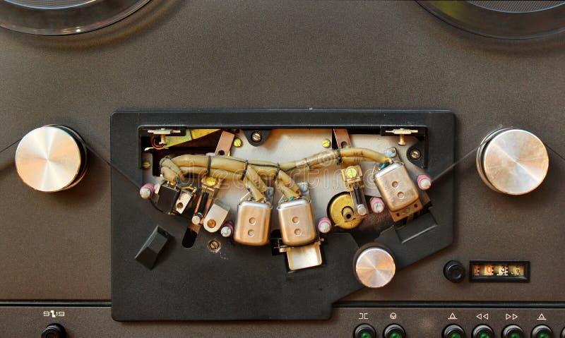 Mecanismo de acionador de cinta e cabeças magnéticas do carretel de fita estereofônico velho foto de stock royalty free
