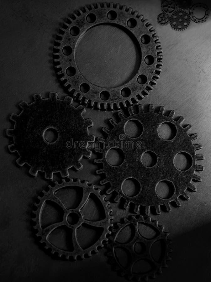 Mecanismo de las ruedas de engranajes del metal en el fondo de cobre fotografía de archivo