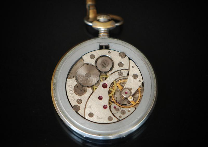 Mecanismo de relógios retros com rubis imagem de stock