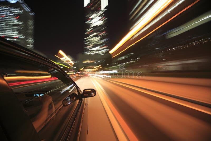 Mecanismo impulsor de la noche con el coche en el movimiento. foto de archivo libre de regalías