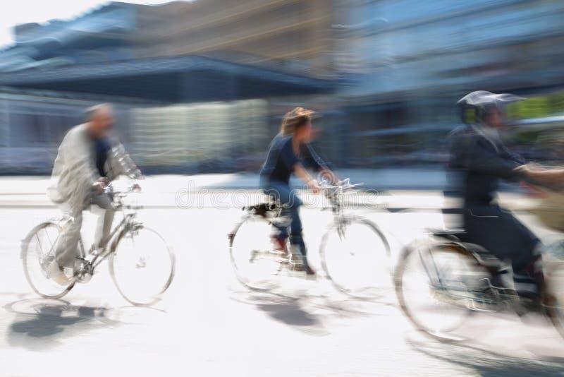Mecanismo impulsor del motorista en la ciudad imagen de archivo