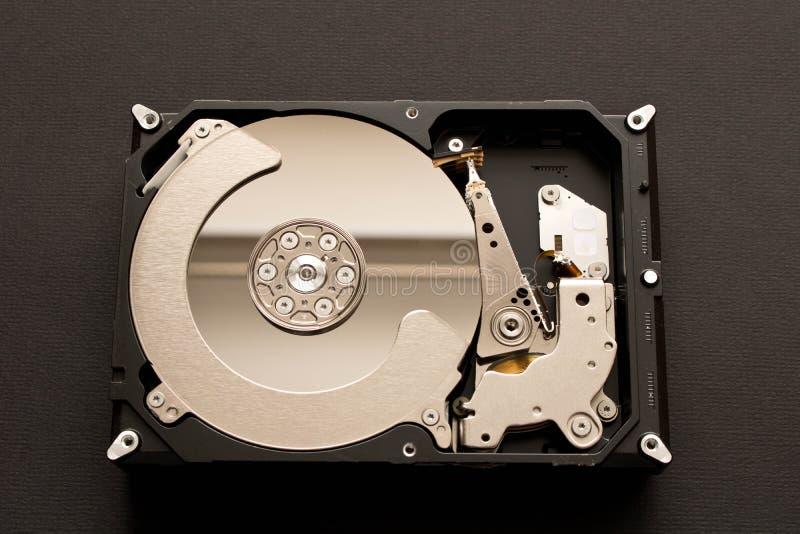 Mecanismo impulsor duro desensamblado Aislado en fondo negro imágenes de archivo libres de regalías
