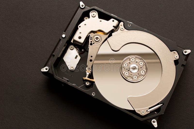 Mecanismo impulsor duro desensamblado En fondo negro fotos de archivo libres de regalías