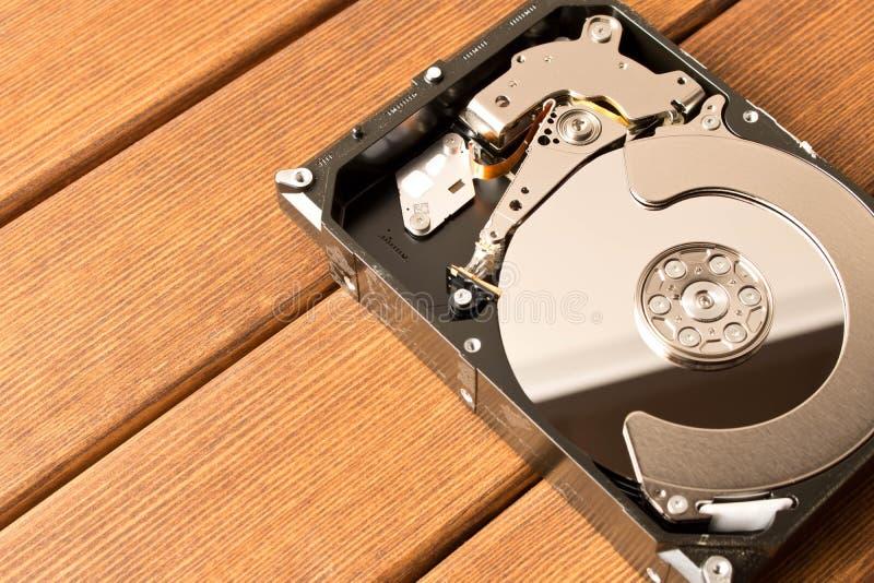 Mecanismo impulsor duro desensamblado En la tabla de madera fotografía de archivo libre de regalías