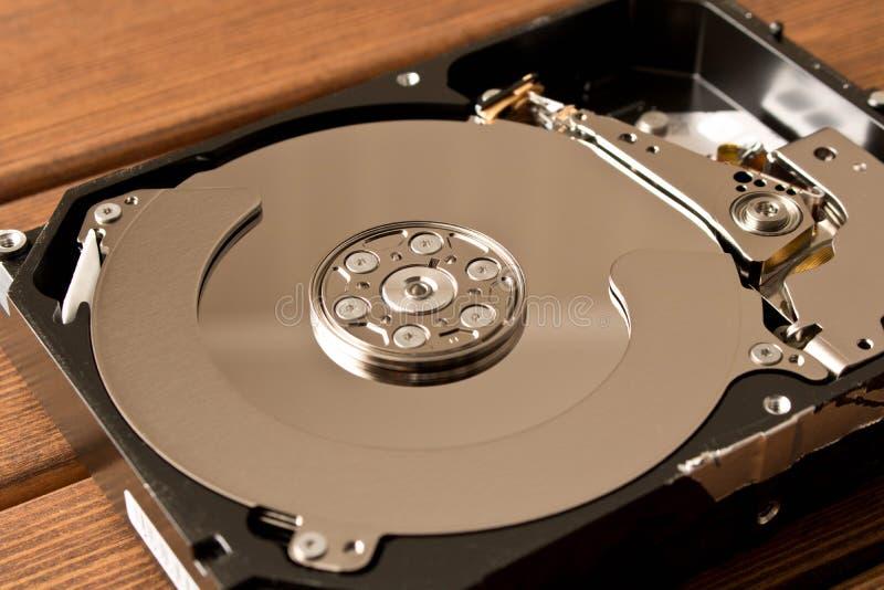 Mecanismo impulsor duro desensamblado En la tabla de madera fotos de archivo libres de regalías