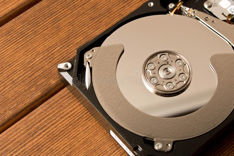 Mecanismo impulsor duro desensamblado En la tabla de madera imagenes de archivo