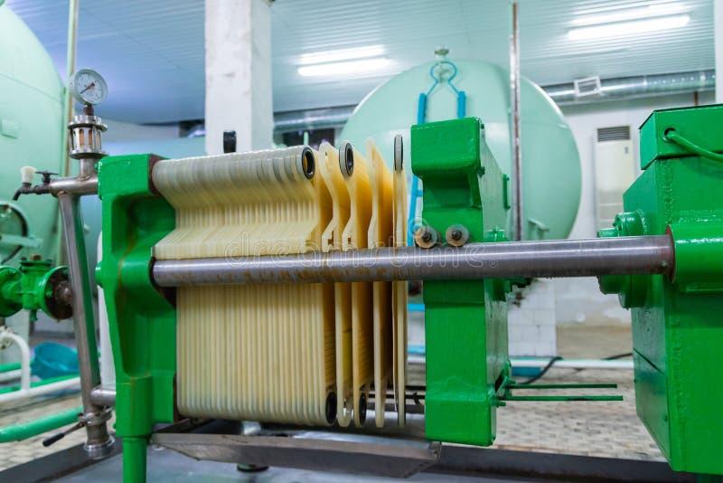 Mecanismo industrial del filtro del cartucho en el lagar foto de archivo