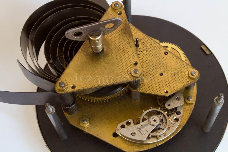 Mecanismo metálico velho quebrado do maquinismo de relojoaria no fundo branco fotografia de stock royalty free