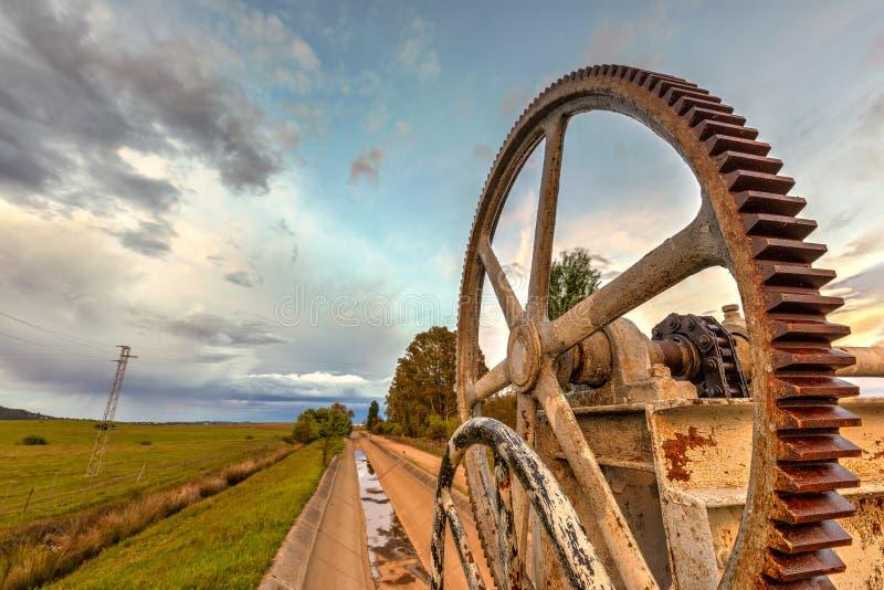 Mecanismo oxidado das rodas denteadas para um canal molhando fotos de stock royalty free