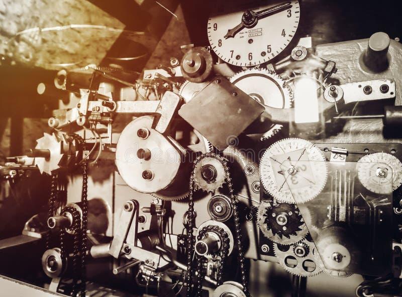 Mecanismo velho do pulso de disparo da torre com sinos imagem de stock