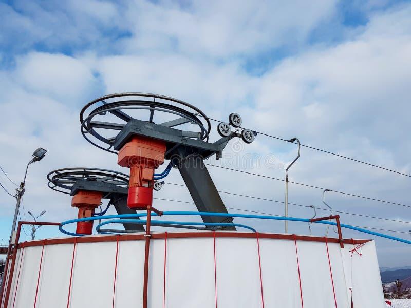 Mecanismos de la estación superior con los motores eléctricos de un pequeño remonte imagenes de archivo