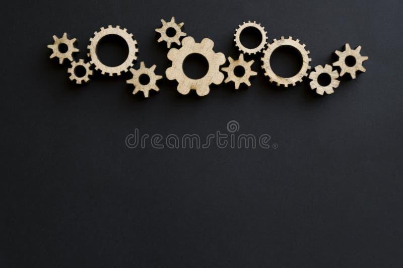 Mecanismos de madeira em um fundo preto Placa de giz preta Conceito do dia do paizinho fotos de stock royalty free