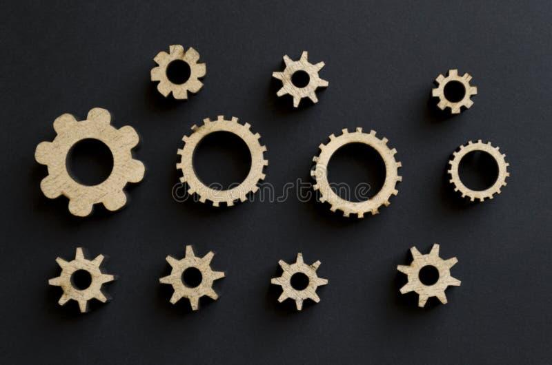 Mecanismos de madeira em um fundo preto Placa de giz preta Conceito do dia do paizinho fotos de stock