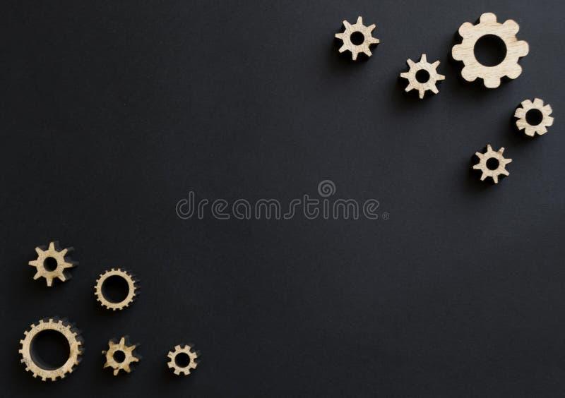 Mecanismos de madeira em um fundo preto Placa de giz preta Conceito do dia do paizinho imagens de stock royalty free