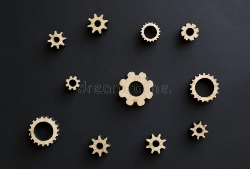 Mecanismos de madeira em um fundo preto Placa de giz preta Conceito do dia do paizinho fotografia de stock