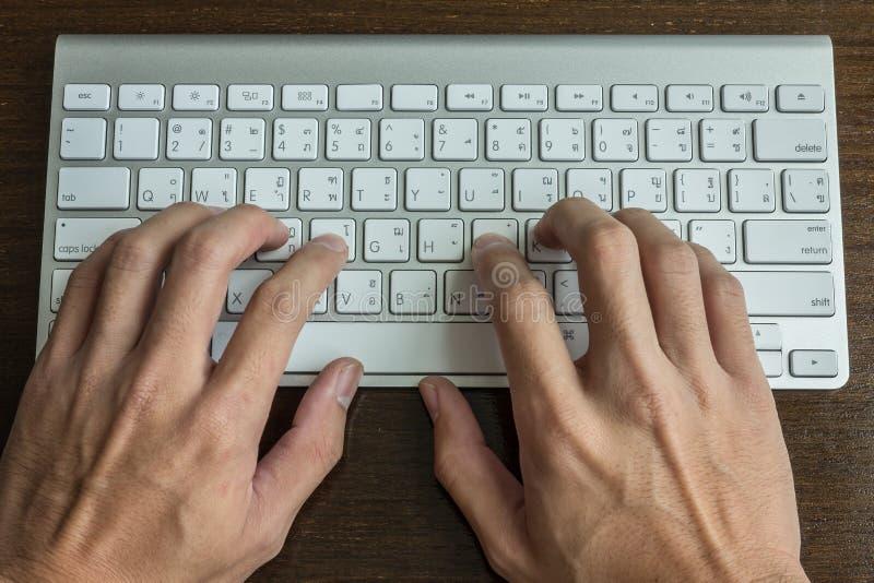 Mecanografiar un teclado de ordenador imágenes de archivo libres de regalías