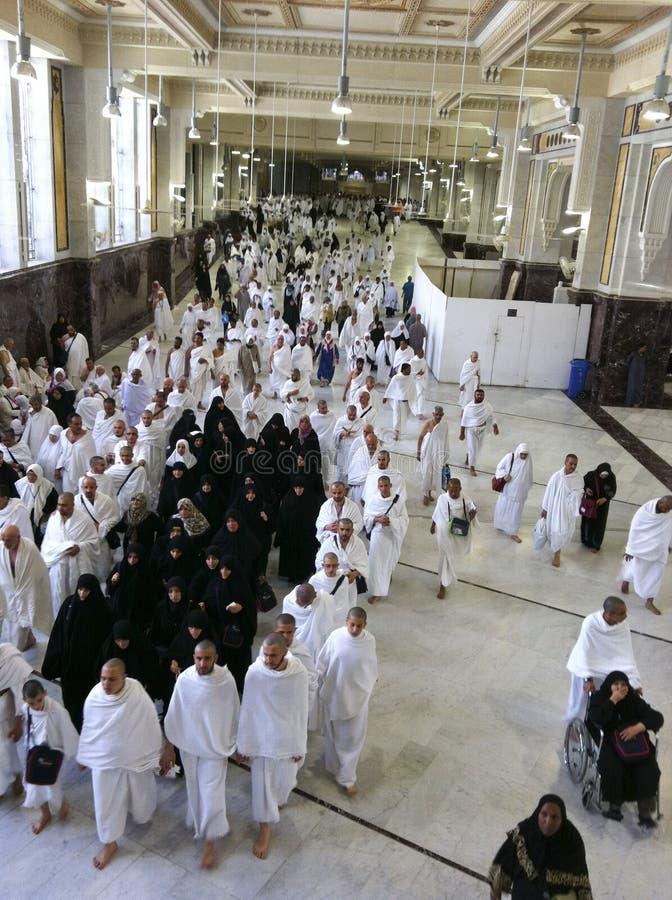 MECCA-FEB.26: Moslemische Pilger führen saei (lebhaftes Gehen) Franc durch stockfoto