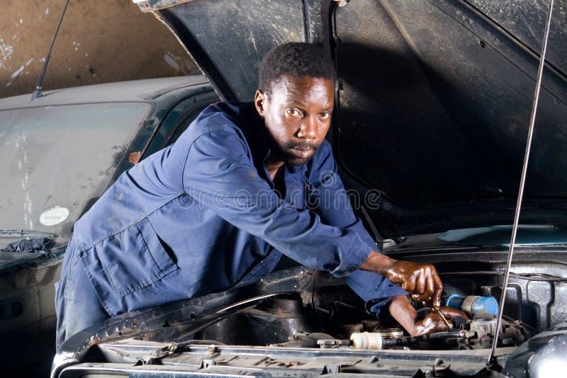 Meccanico africano sul lavoro immagini stock libere da diritti