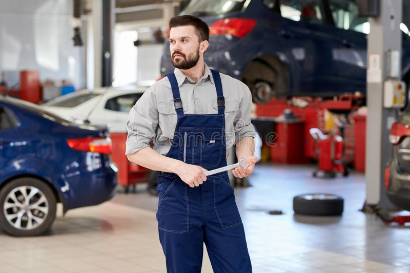 Meccanico barbuto Working nel servizio dell'automobile fotografia stock