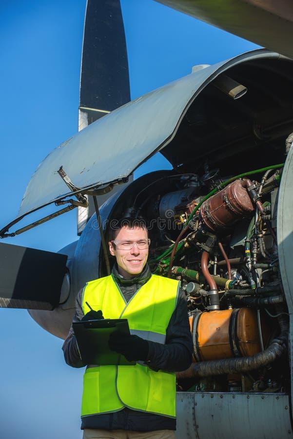 Meccanico che controlla airplane& x27; motore di s fotografie stock