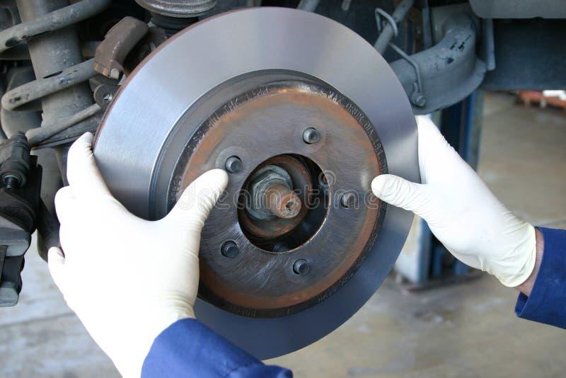 Meccanico che installa rotore lavorato immagini stock libere da diritti