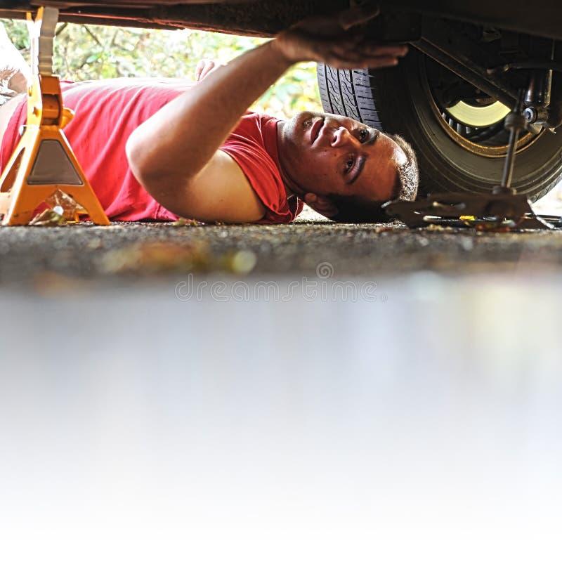Meccanico che lavora ad un'automobile fotografia stock libera da diritti