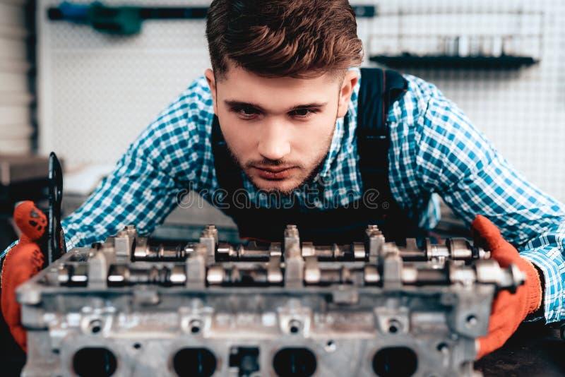 Meccanico Is Checking Detail Distributore di benzina fotografie stock