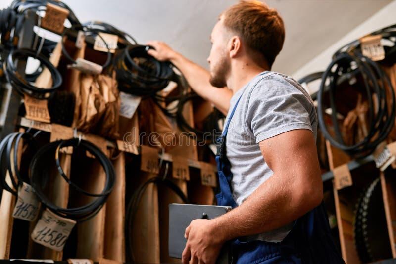 Meccanico Choosing Parts nel magazzino immagine stock libera da diritti