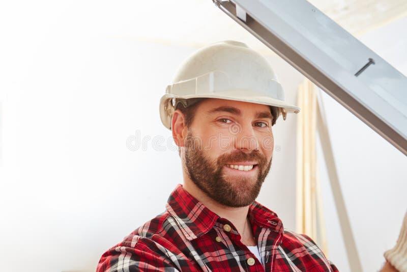Meccanico del costruttore della finestra che misura nuova finestra fotografia stock