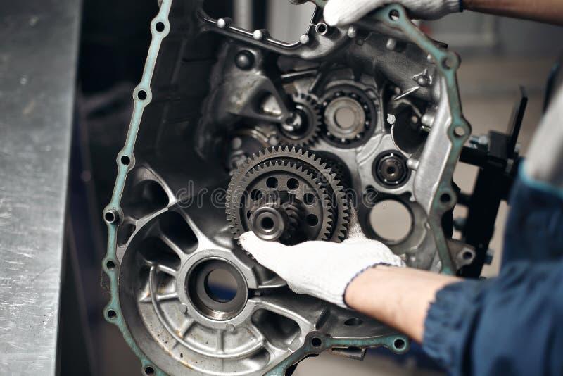 Meccanico del garage dell'officina di riparazione automobilistica di riparazione della trasmissione dell'automobile fotografia stock libera da diritti