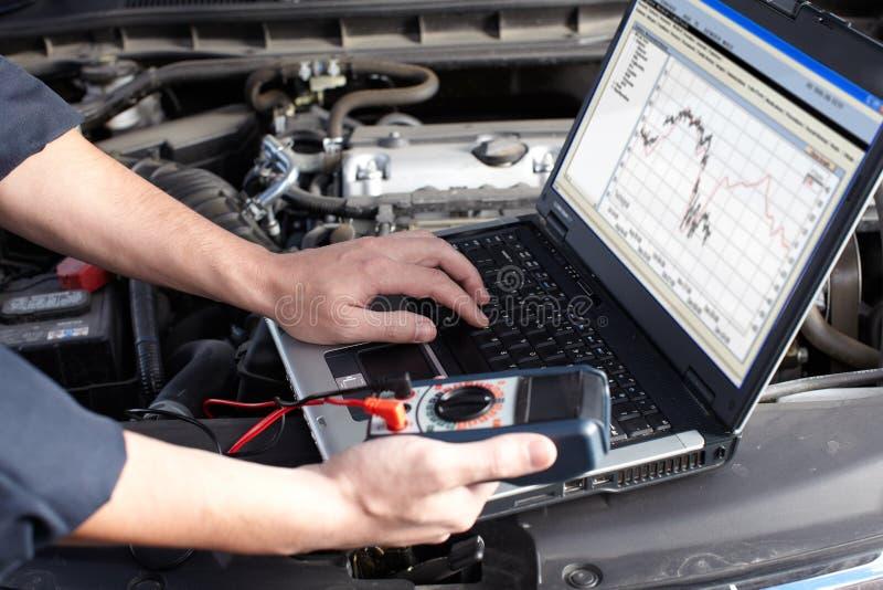 Meccanico di automobile che lavora nel servizio di riparazione automatica. fotografia stock