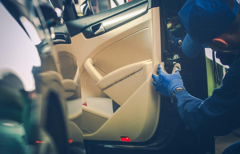 Meccanico di automobile Fixing Door Lock fotografia stock libera da diritti