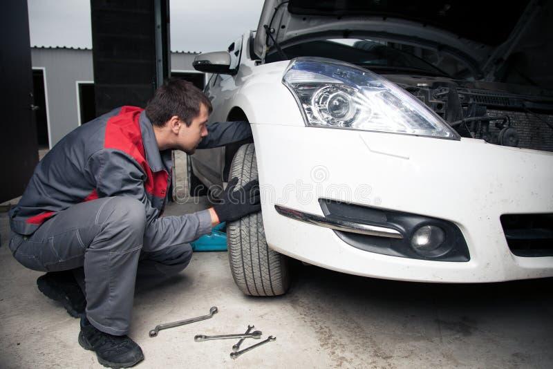 Meccanico di automobile Servizio di riparazione automatica immagine stock libera da diritti