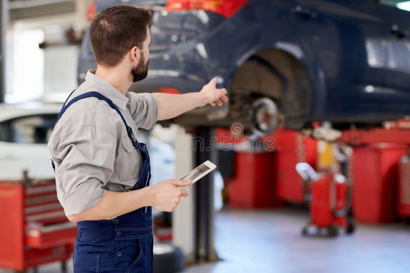 Meccanico di automobile sul lavoro fotografie stock libere da diritti