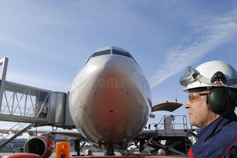 Meccanico ed aeroplano di volo fotografia stock libera da diritti