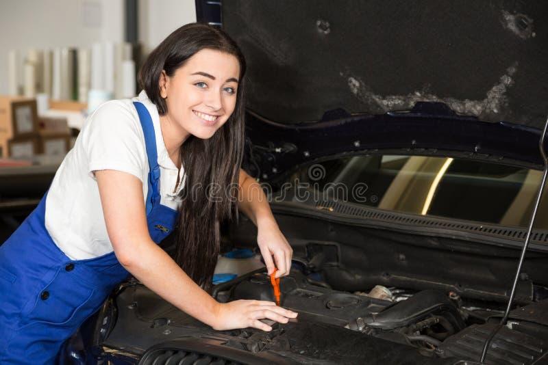 Meccanico in garage o officina che ripara automobile fotografia stock libera da diritti