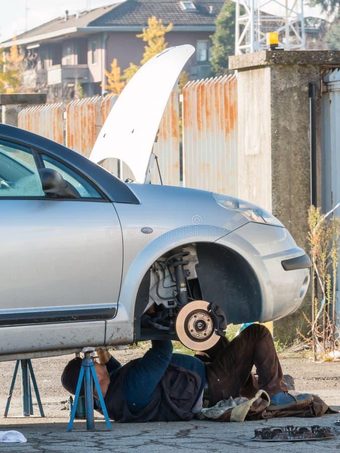 Meccanico maschio che lavora sotto l'automobile fotografia stock libera da diritti