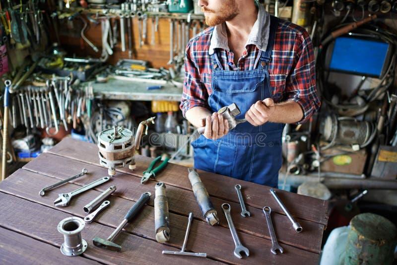 Meccanico Preparing Working Tools immagine stock libera da diritti