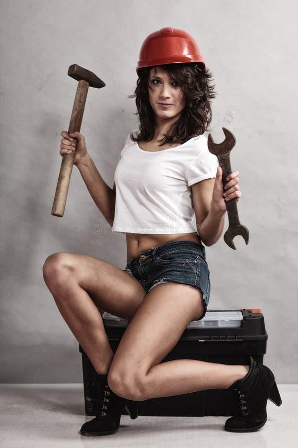 Meccanico sexy della ragazza che lavora con gli strumenti fotografia stock libera da diritti