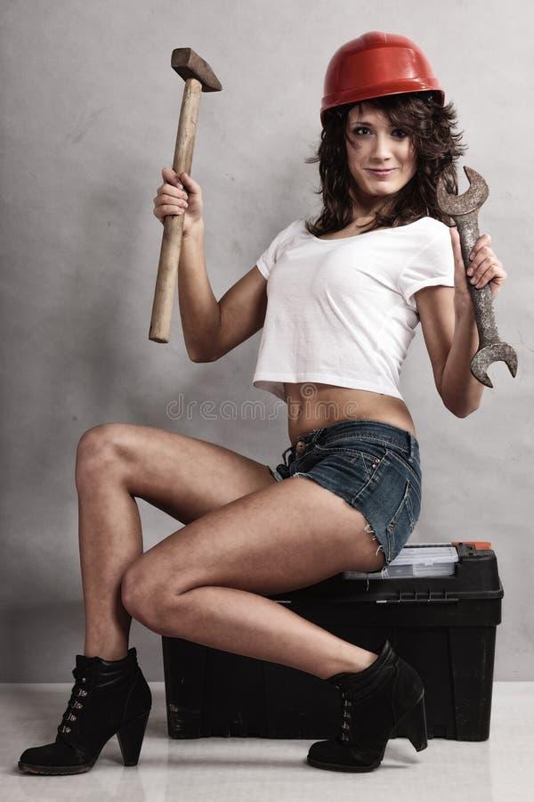 Meccanico sexy della ragazza che lavora con gli strumenti fotografie stock libere da diritti