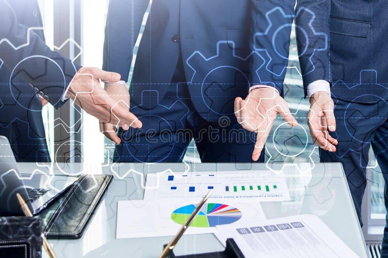 Meccanismo di ingranaggi di doppia esposizione su fondo vago Concetto di automazione di processi di industriale e di affari immagine stock libera da diritti