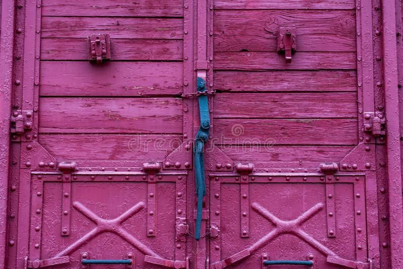 Meccanismo di serratura di porta sul trasporto ferroviario rosso di legno fotografie stock libere da diritti