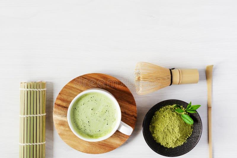 Meccato di tè verde e accessori per tè sulla vista superiore in legno bianco concetto di cerimonia del tè giapponese fotografia stock libera da diritti