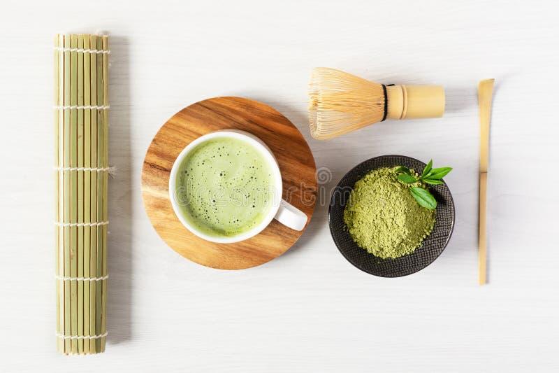Meccato di tè verde e accessori per tè sulla vista superiore in legno bianco concetto di cerimonia del tè giapponese fotografia stock